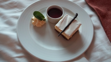 Cheesecake with raspberry sauce and fresh whipped cream